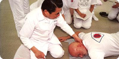 Tokujiro geeft Denis les